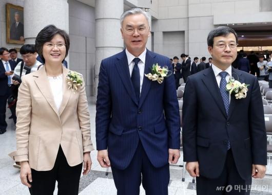 [사진]기념촬영 하는 김선수-이동원-노정희 신임 대법관