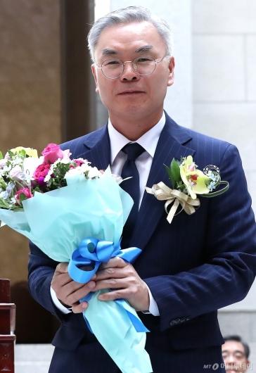 [사진]꽃다발 든 김선수 신임 대법관