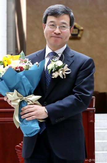 [사진]미소 짓는 이동원 신임 대법관