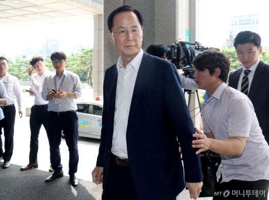 [사진]검찰 출석하는 노대래 전 위원장
