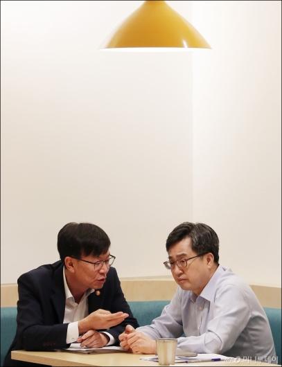 [사진]대화 나누는 김동연-김상조