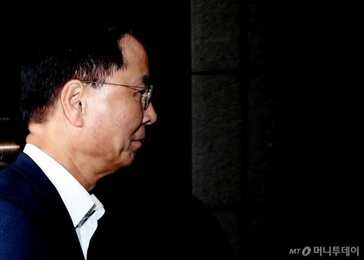 [사진]조사실 향하는 노대래 전 위원장
