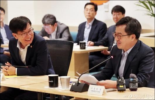 [사진]미소짓는 김동연-김상조