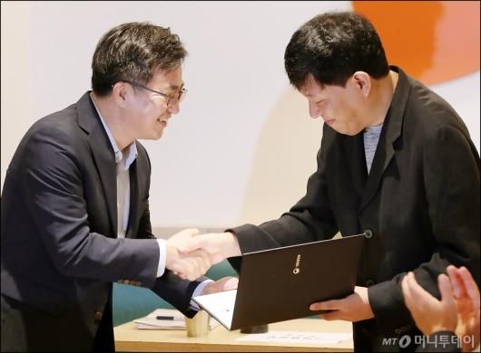 [사진]위촉장 수여하는 김동연 부총리