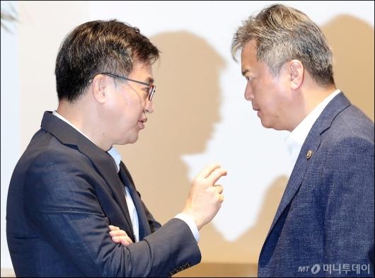 [사진]김동연-이인호, '심각한 대화중?'