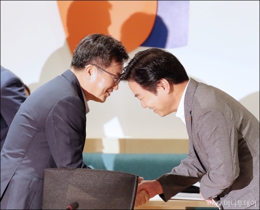 [사진]악수하는 김동연-홍종학