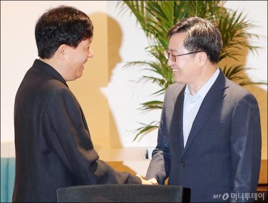 [사진]이재웅 본부장과 악수하는 김동연 부총리