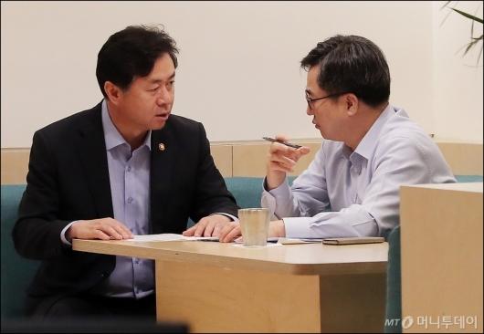 [사진]대화하는 김동연-김영춘