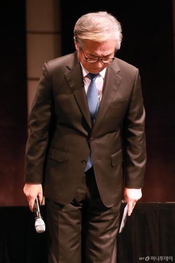 [사진]고개 숙인 김효준 BMW 코리아 회장