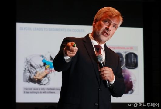[사진]브리핑하는 요한 에빈비클러 BMW그룹 품질관리 수석 부사장