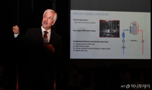 [사진]사고 원인 관련 브리핑하는 요한 에벤비클러 BMW 수석 부사장