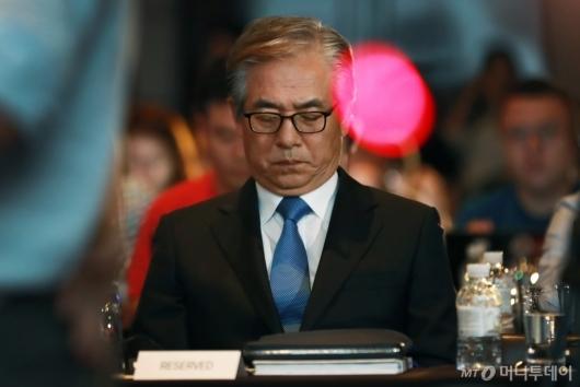 [사진]생각에 잠긴 김효준 BMW코리아 회장