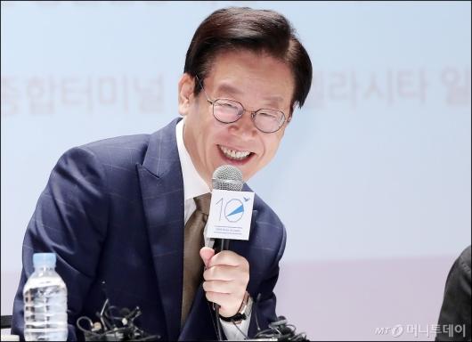 [사진]미소짓는 이재명 경기도지사