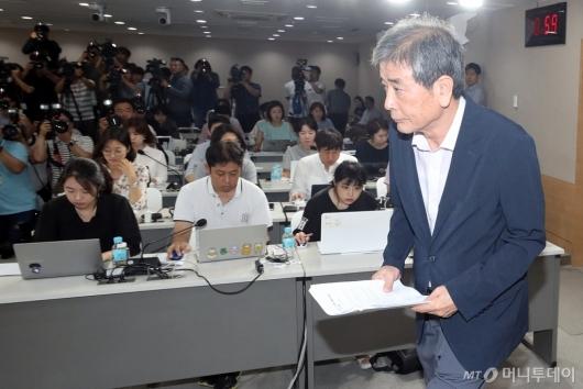 [사진]대입제도 개편 권고안 발표 위해 입장하는 김진경 위원장