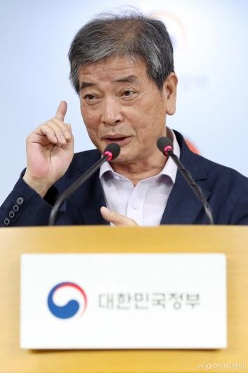 [사진]답변하는 김진경 위원장