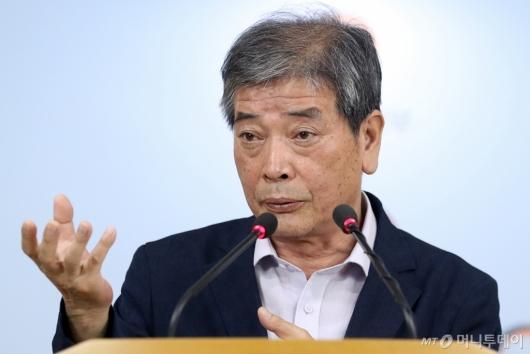 [사진]질문에 답하는 김진경 대입제도개편 특별위원장