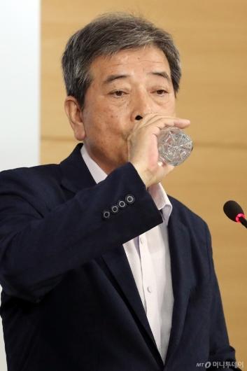 [사진]목 축이는 김진경 대입제도개편 특별위원장