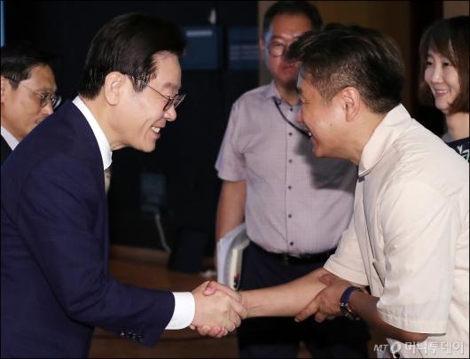 [사진]참석자들과 인사 나누는 이재명 도지사