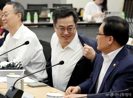[사진]김동연 부총리, '겉옷 벗고 합시다'