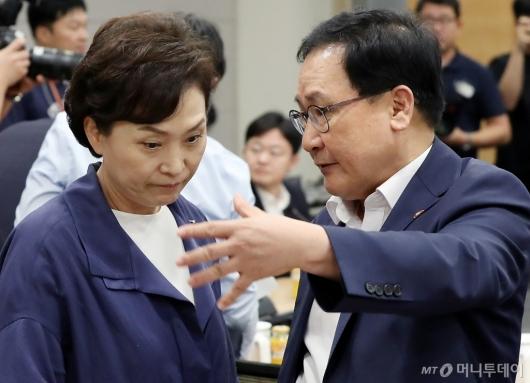 [사진]이야기 나누는 유영민-김현미 장관