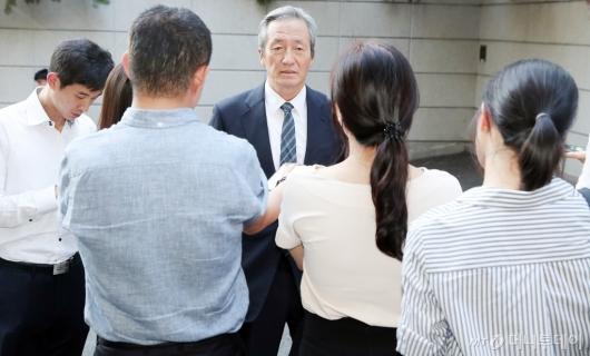 [사진]취재진 대화하는 정몽준 이사장