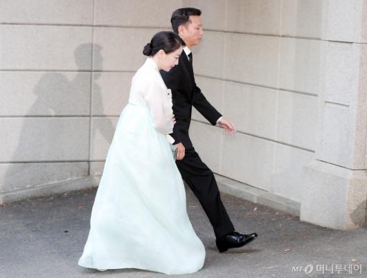 [사진]정대선-노현정 부부, '고 변중석 여사 제사 참석'