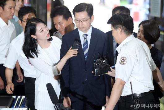 [사진]질문 받는 김경수 지사