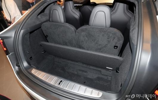 [사진]테슬라 모델X, '여유있는 트렁크'
