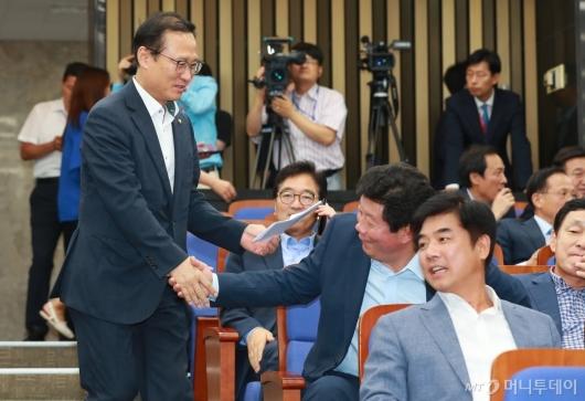 [사진]정책의총 참석하는 홍영표 민주당 원내대표