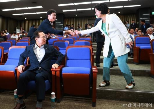 [사진]의원총회 참석하는 추미애 민주당 대표