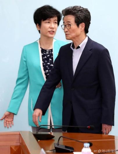 [사진]간담회 참석하는 이목희 부위원장과 김영주 장관