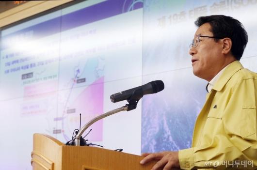 [사진]'솔릭' 기상전망 발표하는 남재철 기상청장