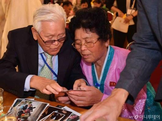 [사진]이산가족 상봉, '옛날 사진 함께 보며'