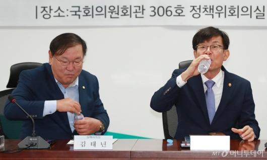 [사진]물 마시는 김상조-김태년