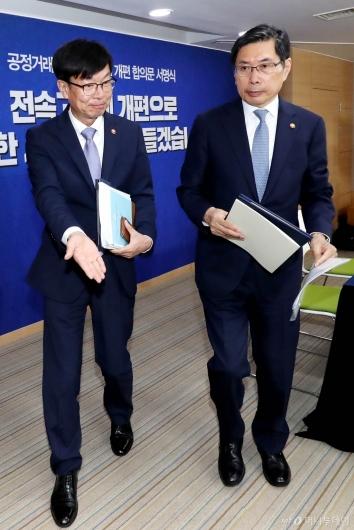 [사진]서명식 마친 김상조-박상기