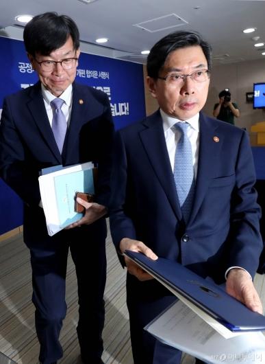 [사진]브리핑 마친 박상기 장관과 김상조 위원장