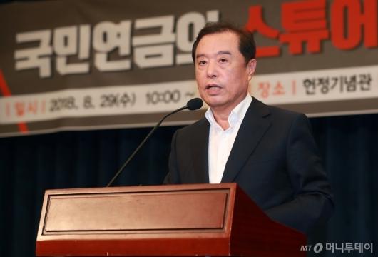 [사진]김병준 비대위원장, 국민연금 스튜어십 코드 토론회 참석