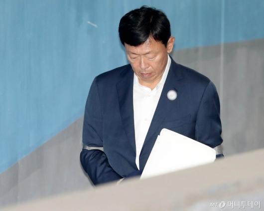 [사진]고개 숙인 신동빈 회장