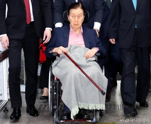 [사진]휠체어 타고 법정 향하는 신격호 명예회장