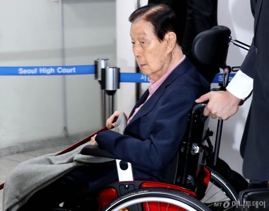 [사진]취재진 바라보는 신격호 명예회장