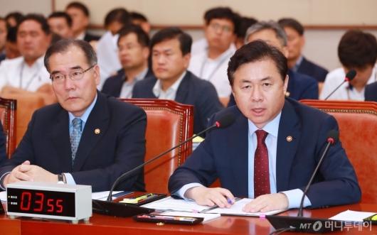 [사진]답변하는 김영춘 해수부 장관