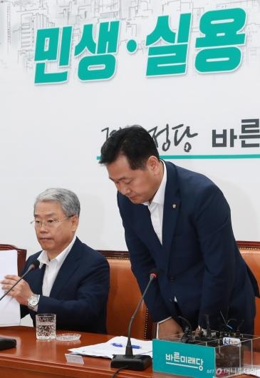 [사진]민생법안 처리무산 사과하는 김관영 원내대표