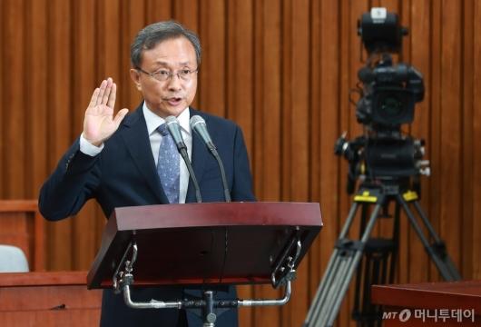 [사진]선서하는 유남석 헌법재판소장 후보자