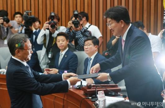 [사진]선서문 전달하는 유남석 헌재소장 후보자