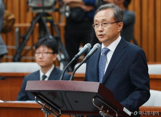 [사진]모두발언하는 유남석 헌법재판소장 후보자