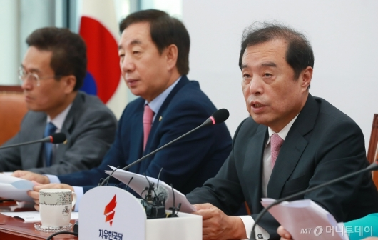 [사진]부동산 정책 관련 기자회견하는 김병준 비대위원장