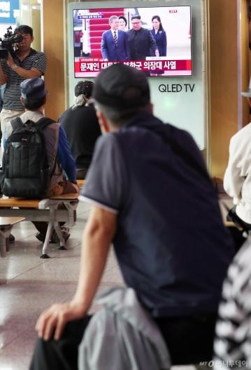 [사진]평양서 첫 만남 지켜보는 시민들