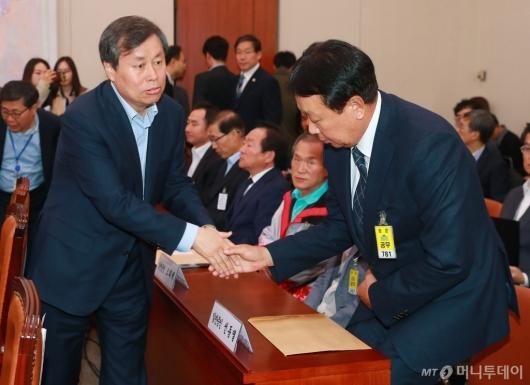 [사진]악수하는 도종환 장관-선동열 감독