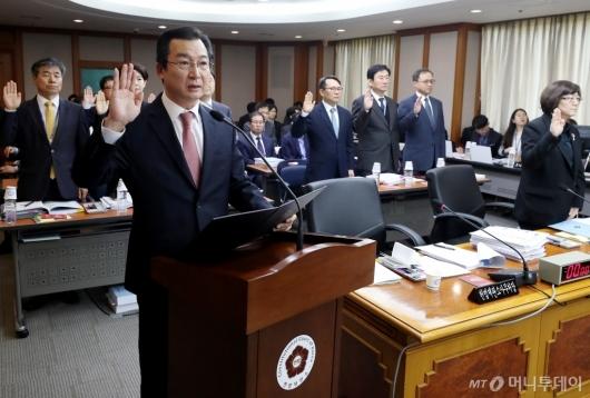 [사진]국감 선서하는 김헌정 사무처장