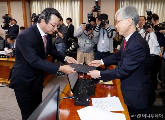 [사진]선서문 전달하는 김헌정 사무처장